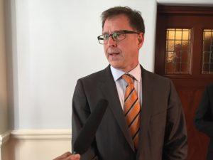 Le ministre Adrian Dix s'adresse aux médias.